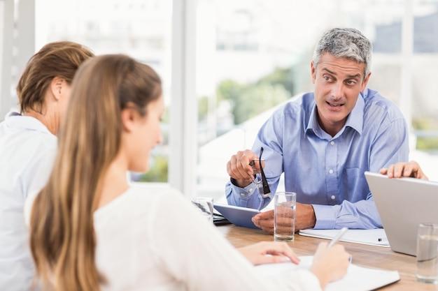 Homme d'affaires parlant en réunion