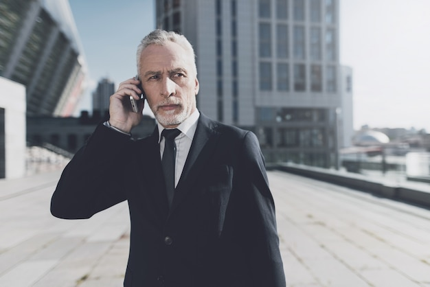 Homme d'affaires parle au téléphone mobile