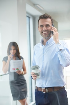 Homme d'affaires, parler au téléphone au travail