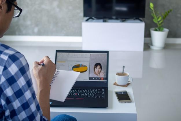Homme d'affaires parler à un collègue en vidéoconférence.