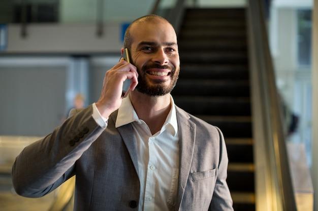 Homme affaires, parler téléphone portable