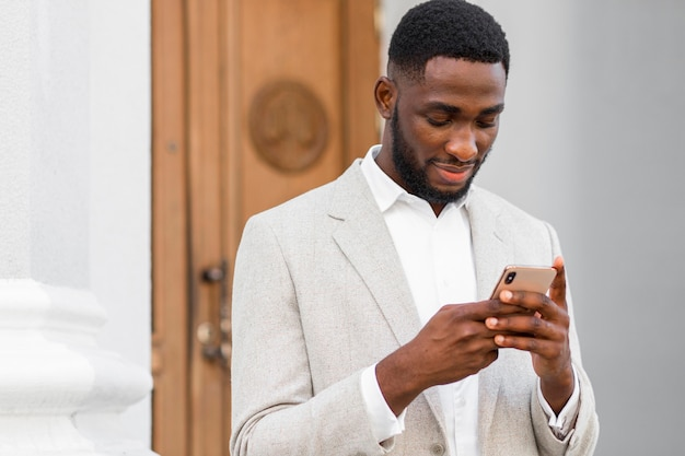 Homme affaires, parler téléphone
