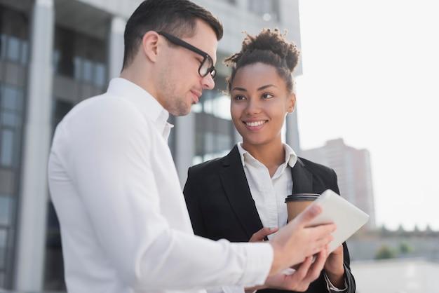 Homme d'affaires partage d'idée avec un collègue