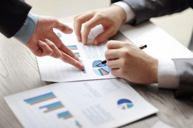 Homme d'affaires et partenaire proposant des plans d'affaires