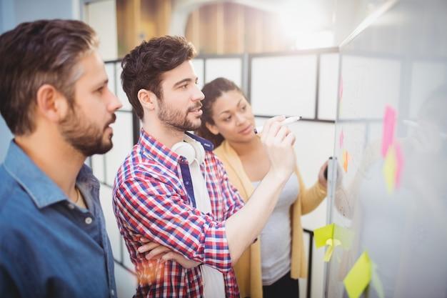 Homme affaires, partenaires, regarder, tableau blanc, créatif, bureau