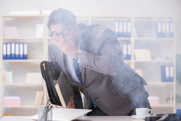 Homme affaires, pendant, alarme feu, dans, bureau