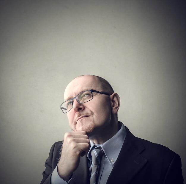 Homme d'affaires pensant et spéculant
