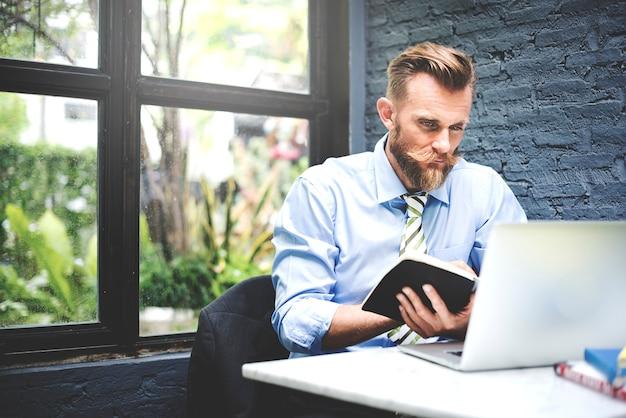 Homme d'affaires pensant stratégie de planification de travail portable