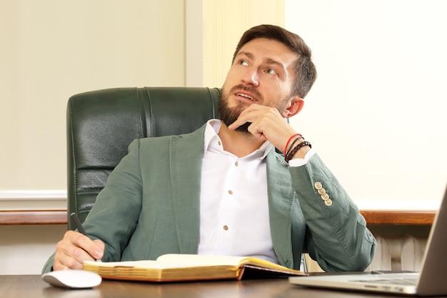 L'homme d'affaires pense au bureau