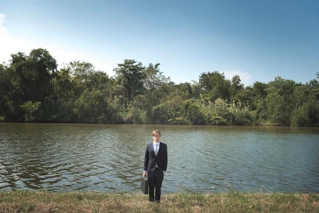 Homme d'affaires perdu dans la nature