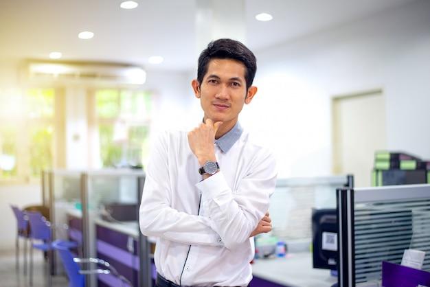 Homme d'affaires et petit bureau