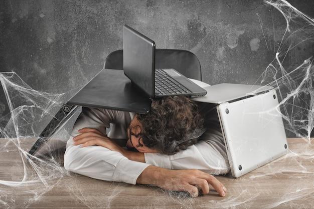Homme d'affaires piégé dans une toile d'araignée technologique
