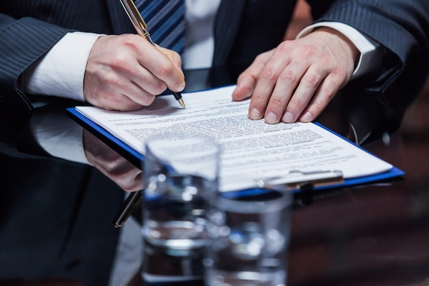 Homme d'affaires plaçant la signature