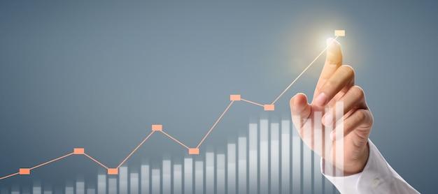 Homme d'affaires plan croissance du graphique et augmentation des indicateurs positifs du graphique