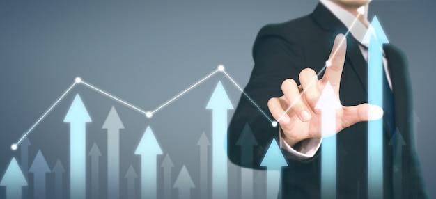 Homme d'affaires plan croissance graphique augmentation des indicateurs positifs du graphique dans son entreprise
