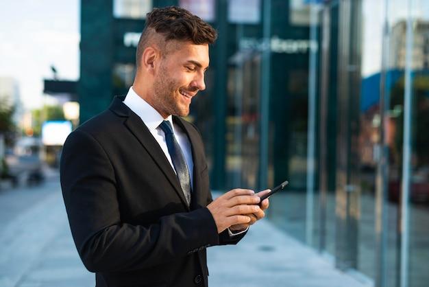 Homme d'affaires en plein air debout dans un bâtiment