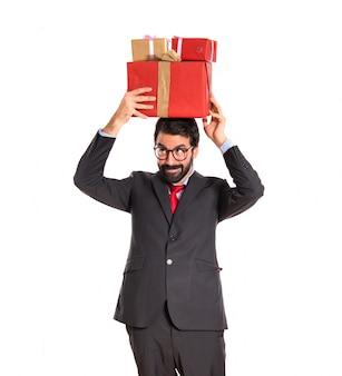 Homme d'affaires avec plusieurs cadeaux
