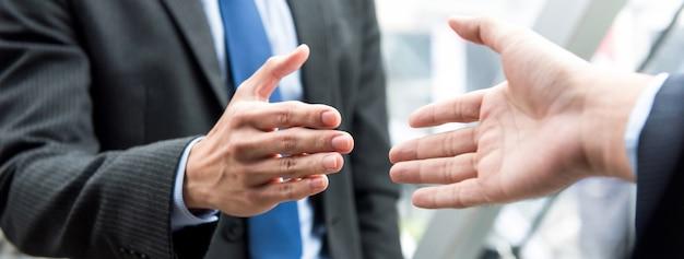 Homme affaires, poignée main, à, partenaire