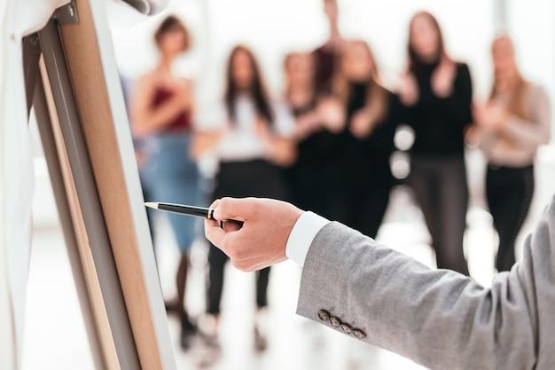 Homme affaires, pointage, à, stylo, sur, a, paperboard