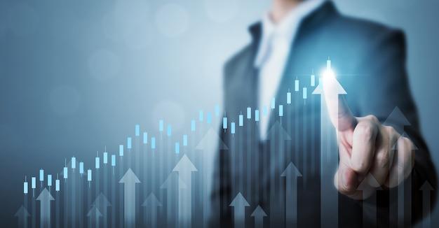 Homme d'affaires pointant flèche graphique plan de croissance future de l'entreprise