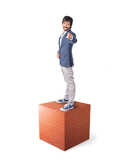 Homme d'affaires pointant vers l'avant sur l'élément en pierre massif