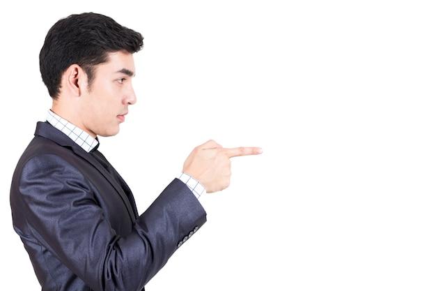 Homme d'affaires pointant vers l'espace de copie vide isolé sur fond blanc