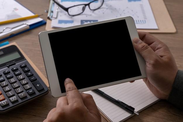 Homme d'affaires portable homme travaillant à la main sur un ordinateur portable sur un ordinateur portable de bureau en bois avec écran vide sur l'écran de l'ordinateur de table
