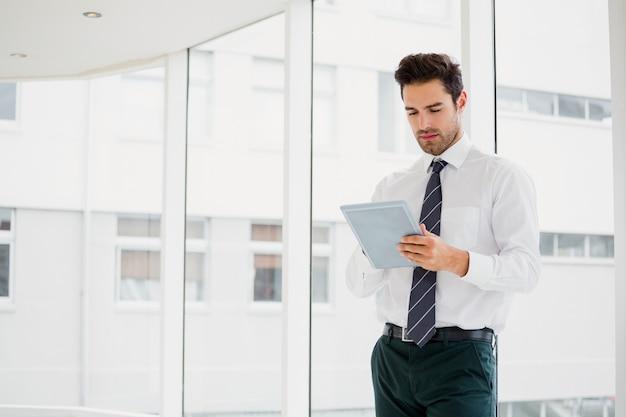 Homme affaires, portable utilisation, et, prendre notes
