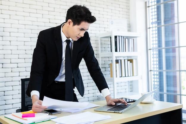 Homme d'affaires portant un costume d'affaires au bureau