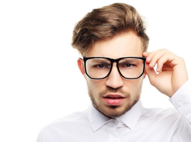 Homme d'affaires portant des lunettes isolé sur blanc