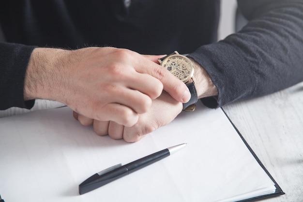 Homme d'affaires portant une montre-bracelet de luxe. mode, style de vie