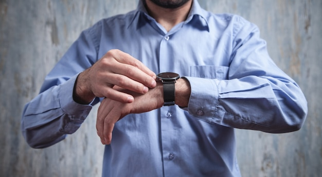 Homme D'affaires Portant Une Montre-bracelet De Luxe. Mode, Style De Vie Photo Premium