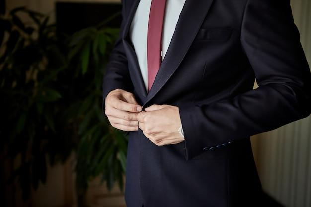 Homme d'affaires porte une veste