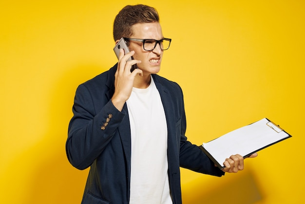 Homme affaires, porter, lunettes, conversation téléphone