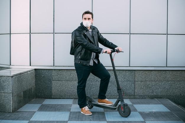 Homme affaires, porter, masque protecteur, utilisation, scooter électrique