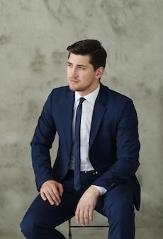 Homme affaires, poser, sur, chaise