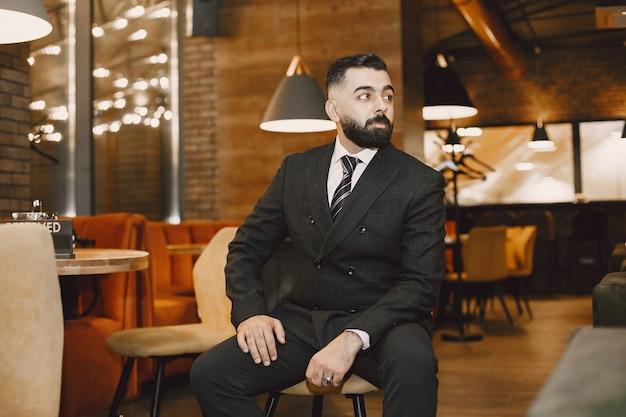 Homme affaires, poser, dans, a, café