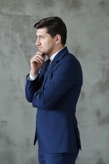 Homme affaires, poser, debout, sérieux