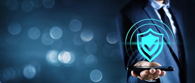 Homme d'affaires pousse l'écran d'icône antivirus