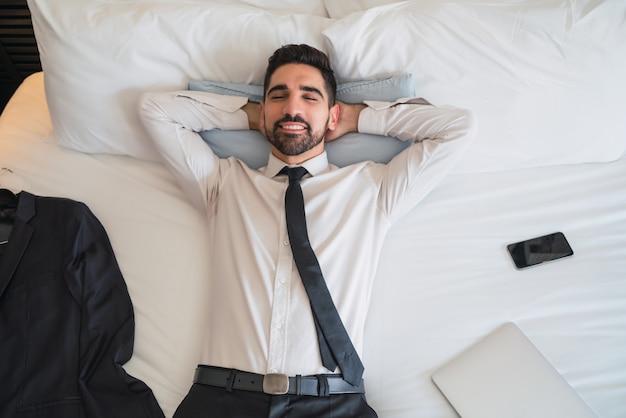 Homme d'affaires prenant une pause dans la chambre d'hôtel.