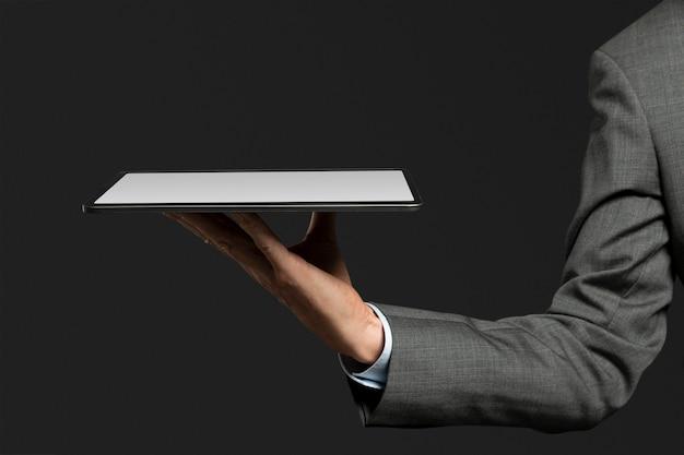 Homme d'affaires présentant l'hologramme invisible projetant de la technologie de pointe de comprimé
