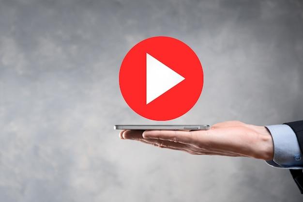 Homme d'affaires pressant, maintenez le bouton de lecture enfoncé pour démarrer ou lancer des projets. présentation de la lecture vidéo. idée pour les affaires, bouton du lecteur technology.media. icône de lecture.allez.