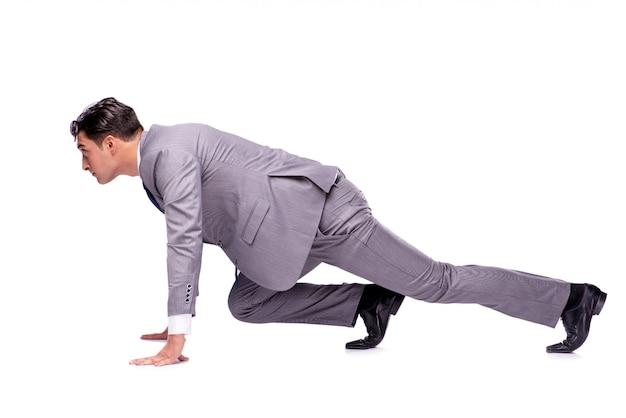 Homme d'affaires prêt à courir isolé sur blanc