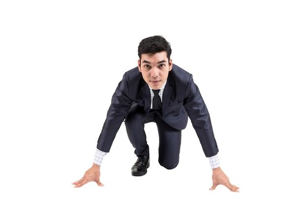 Homme d'affaires prêt à courir isolé sur fond blanc