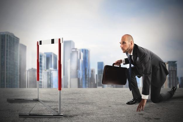 Homme d'affaires prêt à courir ressemble à un obstacle sur la route