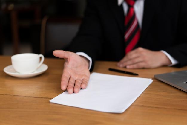 Homme d'affaires prêt à signer un contrat