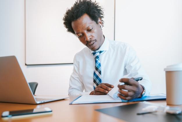 Homme d'affaires professionnel travaillant dans son bureau moderne. concept d'entreprise et de réussite.