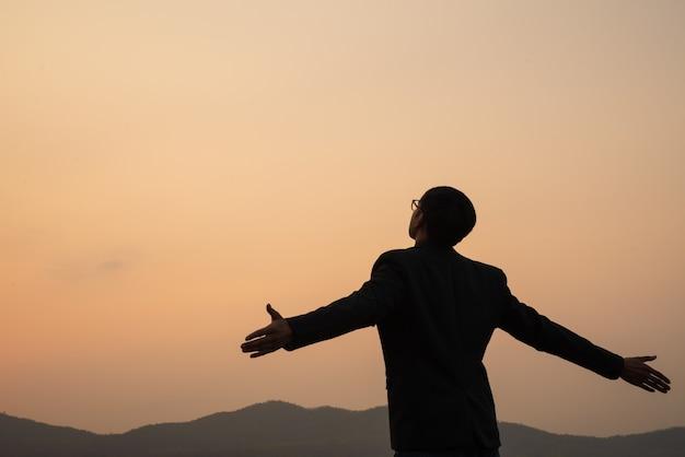 Homme affaires, propagation, bras, coucher soleil