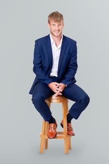 Homme d'affaires prospère assis sur un tabouret en bois et campagne de carrière