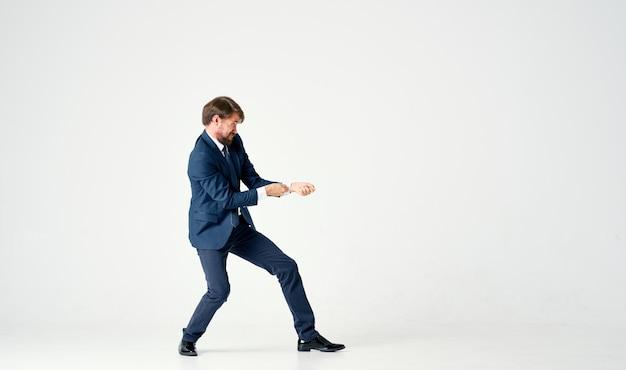 Homme d'affaires prospère en costume tire un fil invisible